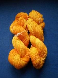 100g Strang handgefärbte , 4 fädige Sockenwolle in Aprikosengelb