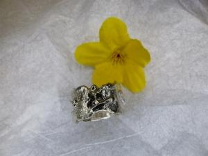 stark strukturierter Ring XL mit Goldkugel - Handarbeit kaufen