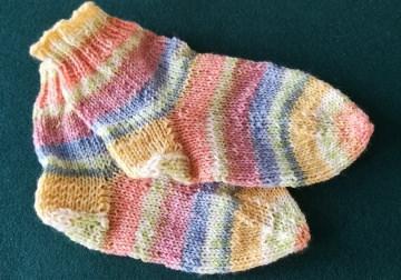 Handgestrickte Socken für Kinder aus hochwertiger Wolle