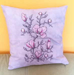 dekorative Kissenhülle in grau, bestickt mit einer Magnolie-Blume 40x40cm - Handarbeit kaufen