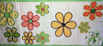 handgefertigter Tischläufer  weiß mit Blüten gestickt und genäht