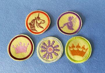 Stickapplikation, 6-Set  Buttons zum Aufbügeln - sie verschönern alles und sie sind ein lustiges kleines Geschenk für jeden Anlass    - Handarbeit kaufen