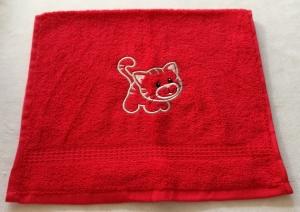kuschelweiches Handtuch  bestickt mit kleinen Tieren, Blickfang für jedes Bad, reine Baumwolle,rot mit einer kleinen Katze - Handarbeit kaufen