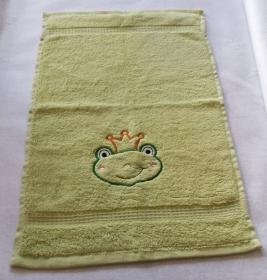 kuschelweiches Handtuch  bestickt mit kleinen Tieren, Blickfang für jedes Bad, reine Baumwolle,grün mit einem kleinen Frosch                                     - Handarbeit kaufen