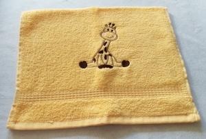 kuschelweiches Handtuch  bestickt mit kleinen Tieren, Blickfang für jedes Bad, reine Baumwolle,beige mit einer Giraffe - Handarbeit kaufen
