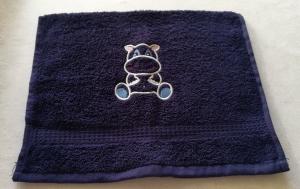 kuschelweiches Handtuch  bestickt mit kleinen Tieren, Blickfang für jedes Bad, reine Baumwolle,blau mit einem kleinen Nilpferd - Handarbeit kaufen