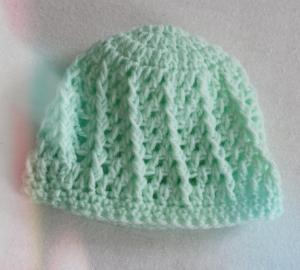 Kleine Mütze für das neugeborene Baby in hellgrün gehäkelt mit schönem Strukturmuster,Größe ca. 50-62/68 - Handarbeit kaufen