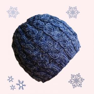 gestrickte Mütze mit einem Zopfmuster in jeansblau, , Kopfumfang 54-62cm - Handarbeit kaufen