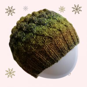gestrickte Mütze mit einem kreativen Muster in olivgrün, Farbverlaufsgarn, Kopfumfang 54-62cm - Handarbeit kaufen