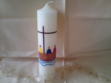 Taufkerze mit Kreuz und Boot - alle gemeinsam - groß - Handarbeit kaufen