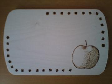 Mit Brandmalerei verziertes Brettchen, Motiv Apfel oder anderes Obst oder Gemüse