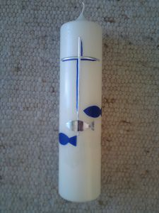 Große Taufkerze mit Kreuz und Fischen in Blau - Handarbeit kaufen