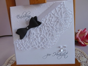 Einladungskarte zur Hochzeit in weiß mit schwarzer Fliege - Handarbeit kaufen