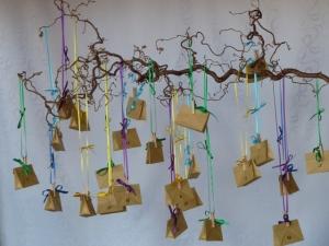 Adventskalender zum aufhängen aus gefalteten Packpapier-Tütchen - Handarbeit kaufen