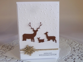 Weihnachtskarte in weiß/braun mit einer Rehfamilie und geprägtem Hintergrund