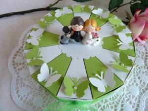 Hochzeitstorte/Schachteltorte in grün/weiß 23cm/mit Hochzeitspaar und Schmetterlingen  - Handarbeit kaufen