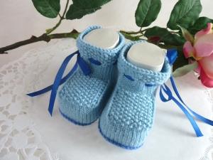 Babyschühchen für einen Jungen, handgestrickt im Perlmuster in hellblau Gr. 12/13 *von IdeenOase*