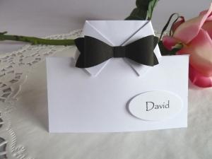 Tischkarte/Platzkarte zur Hochzeit mit Fliege, für einen männlichen Gast  - Handarbeit kaufen