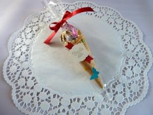 Gastgeschenk zur Einschulung in Cellophantüte, eine mit Süßigkeiten befüllte Eistüte  - Handarbeit kaufen