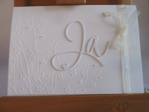 Edle Hochzeitskarte in weiß mit Prägung, Ja-Schriftzug und Perlen