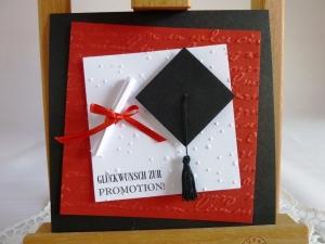 Glückwunschkarte zur Promotion mit Doktorhut und Schriftrolle