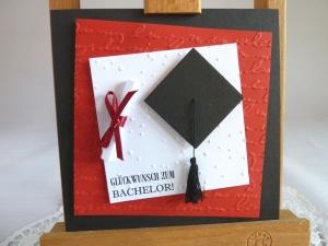 Glückwunschkarte zum Bachelor, mit Doktorhut und Schriftrolle