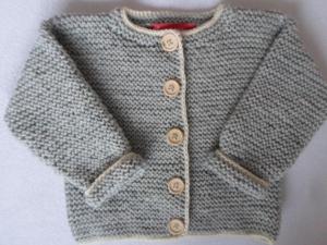 Gr. 74/80 Strickjacke grau mit naturfarbenem Rand - Handarbeit kaufen