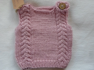 Gr. 62/68 Pullunder aus reiner Wolle in der Farbe rosa kraus rechts handgestrickt