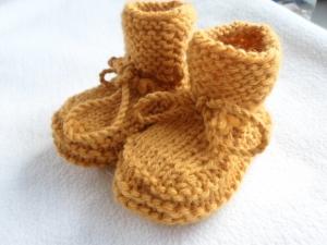 Gestrickte Babyschühchen in currygelb aus reiner Wolle handgestrickt - Handarbeit kaufen