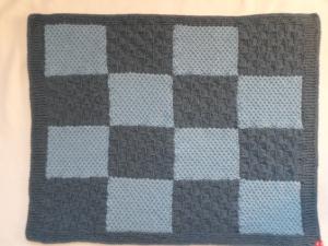 Babydecke hellblau/jeansblau kariert aus weicher Wolle handgestrickt - Handarbeit kaufen