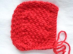 Mütze für Kinder in Haubenform in rot aus kuschelig weichem Garn im groben Perlmuster handgestrickt - Handarbeit kaufen