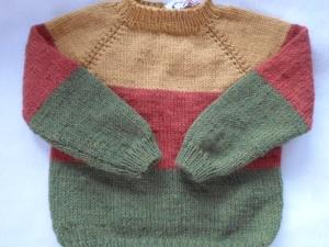 Gr.110/116 Pullover in den drei Herbstfarben rostrot grün und currygelb gestreift, im Raglanstil handgestrickt