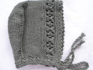 Kindermütze in Haubenform  bis 2 Jahre in khaki aus reiner Wolle handgestrickt - Handarbeit kaufen