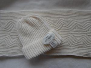 Set in naturweiß, bestehend aus Mütze und Loopschal aus weicher Babymerinowolle im Patentmuster handgestrickt  - Handarbeit kaufen