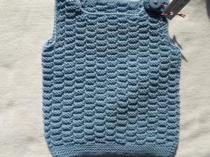 Gr.68/74 Pullunder in hellblau aus reiner Merinowolle im Rechtslinksmuster handgestrickt - Handarbeit kaufen