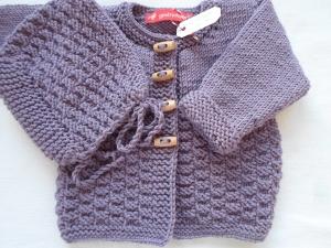Gr.62/68 Babyset in amethyst, bestehend aus Jäckchen mit passender Mütze aus reiner Merinowolle handgestrickt - Handarbeit kaufen