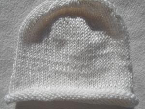 Mütze für neugeborene Frühchen in weiß mit Rollrand aus reiner Baumwolle handgestrickt - Handarbeit kaufen