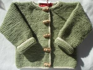 Gr.74/80 Strickjacke für Kleinkinder in pistaziengrün mit naturfarbenem Rand aus reiner Schurwolle mit Alpaka kraus rechts handgestrickt - Handarbeit kaufen