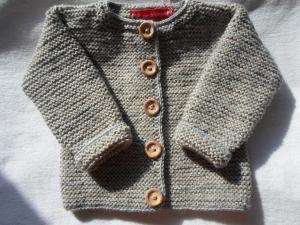 Gr.74/80 Strickjacke für Babys im Krabbelalter in der Farbe beigegraumelange aus strapazierfähiger Wolle kraus rechts handgestrickt - Handarbeit kaufen