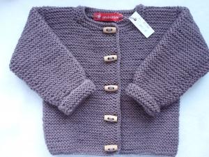 Gr. 80/86 Strickjacke in der Trendfarbe mauve aus strapazierfähiger Wolle kraus rechts handgestrickt - Handarbeit kaufen