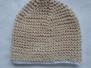 Gr.62/68 Mütze in beige mit weißem Rand aus reiner Baumwolle kraus rechts handgestrickt - Handarbeit kaufen