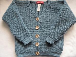 Gr.116/122 Strickjacke mit V-Ausschnitt für Kinder in mittelblau im Halbpatentmuster aus reiner Wolle handgestrickt - Handarbeit kaufen