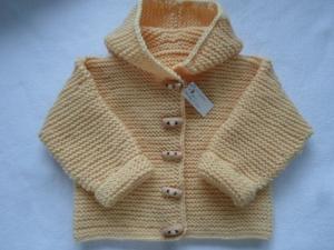 Gr.62/68 Babyjacke mit Kapuze in hellgelb aus reiner, kuschelig weicher Merinowolle kraus rechts handgestrickt - Handarbeit kaufen
