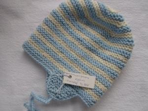 Babymütze mit Ohrenklappen in weiß und blau gestreift aus reiner, weicher Merinowolle kraus rechts handgestrickt - Handarbeit kaufen