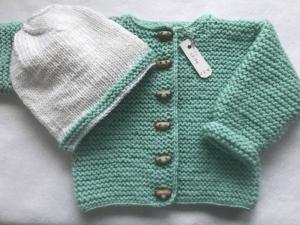 Gr.68/74 Babyjacke in mint aus strapazierfähiger Wolle mit passendem Mützchen in weiß aus Merinowolle kraus rechts handgestrickt - Handarbeit kaufen