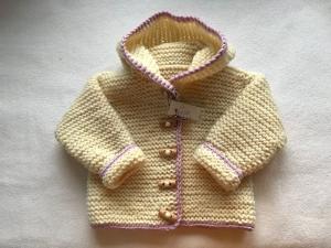 Gr.62/68 Zwergenjacke in naturweiß mit rosafarbenem Rand aus strapazierfähiger Wolle kraus rechts handgestrickt - Handarbeit kaufen