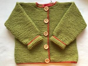 Gr.92/98 Kinderstrickjacke in grün mit rostrotem Garn umrandet aus reiner Wolle kraus rechts handgestrickt - Handarbeit kaufen