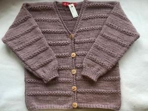 Gr.122/128 Kinderstrickjacke mit V-Ausschnitt in rosenholz aus strapazierfähiger Wolle handgestrickt - Handarbeit kaufen