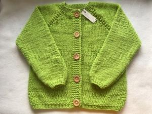 Gr. 104/110 Strickjacke in apfelgrün mit Raglanärmeln aus strapazierfähiger Wolle handgestrickt - Handarbeit kaufen