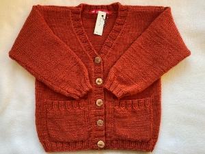 Gr.98/104 Strickjacke für Kinder in der Farbe cayenne mit Taschen aus reiner Schurwolle glatt rechts handgestrickt - Handarbeit kaufen